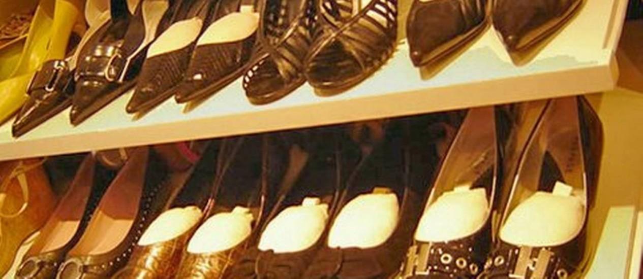 Para sapatos, o ideal são prateleiras deslizantes e vãos de 15 centímetros. Os pares não devem ser empilhados Foto: Divulgação/ Atitude Caprichosa