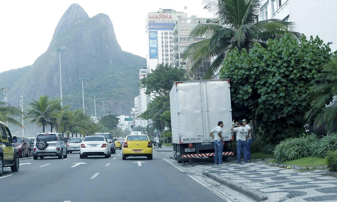 Um caminhão estacionado na calçada da Avenida Delfim Vieira, no Leblon: UOP não eliminou problemas Foto: Marcelo Piu / O Globo