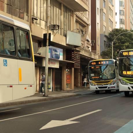 Ônibus trafegam pelo BRS da Nossa Senhora de Copacabana Foto: Gabriel de Paiva / O Globo