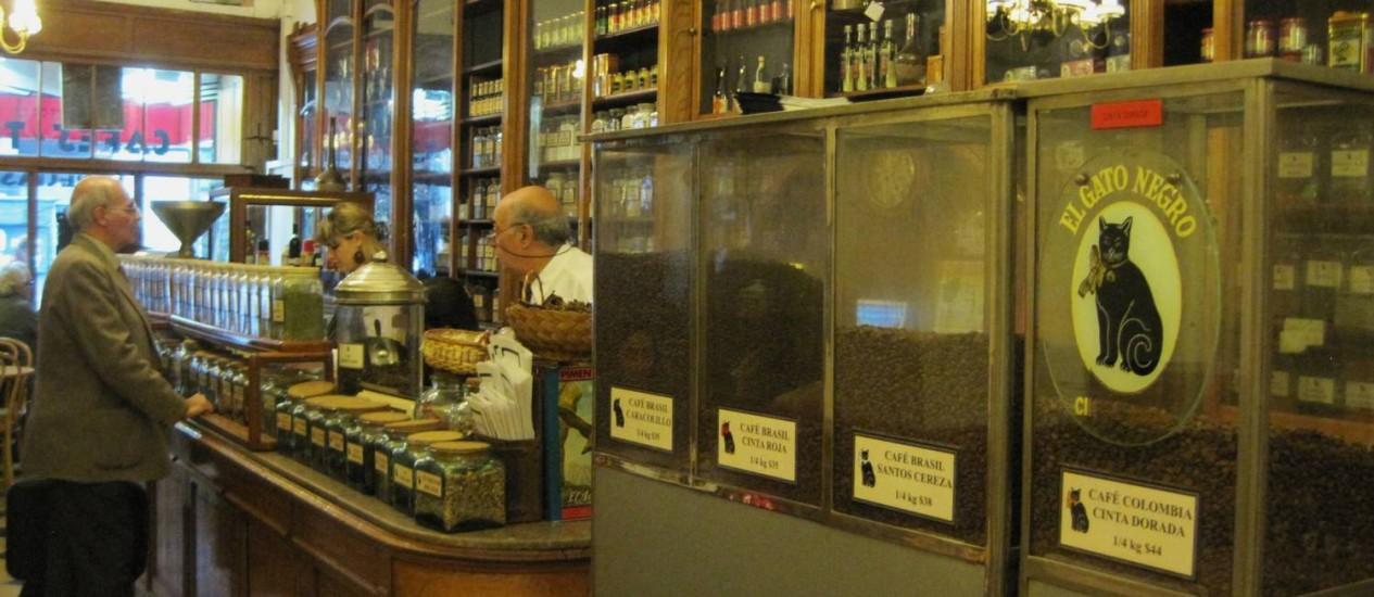 El Gato Negro: misto de cafeteria com loja de temperos, fica na famosa Avenida Corrientes, onde estão os principais teatros da cidade Foto: Lucila Runnacles / Especial para O Globo