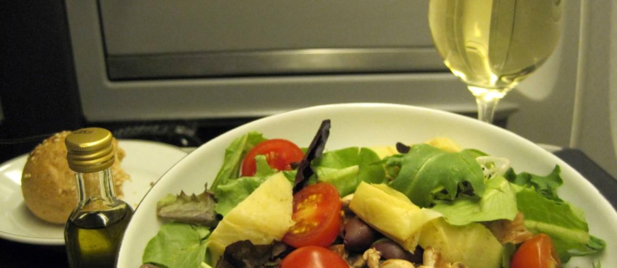 Salada na classe executiva da American Airlines, servida com vinho branco Foto: Fernanda Dutra / O Globo