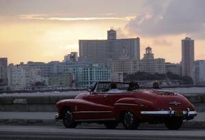 Turistas andam de conversível na avenida El Malecon em Havana, Cuba Foto: Desmond Boylan / Reuters