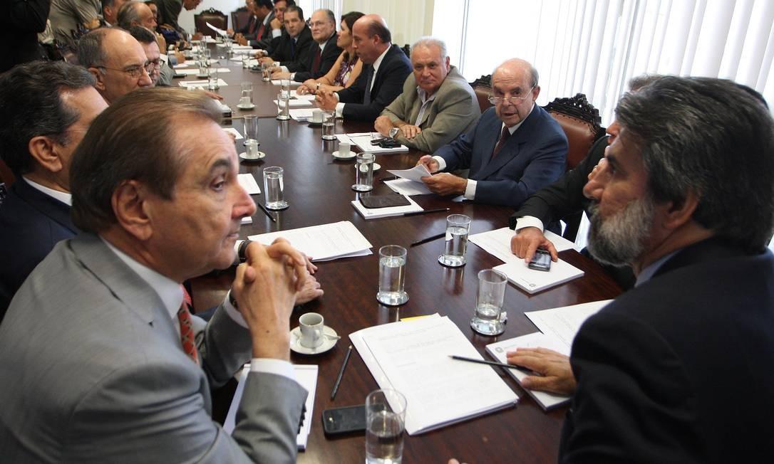 Raupp, à direita, preside reunião com representantes de 18 partidos que querem derrubar decisão sobre contas rejeitadas Foto: Ailton de Freitas / O Globo
