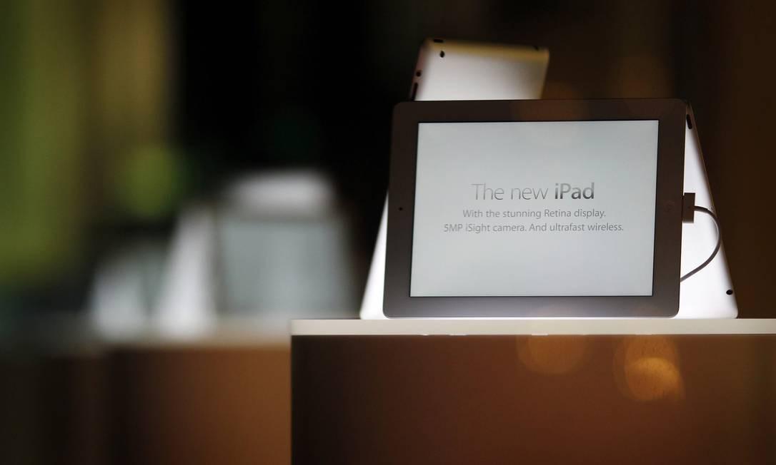 Na vitrine, o novo iPad aguardava a abertura da loja, em Sydney Foto: Tim Wimborne / REUTERS
