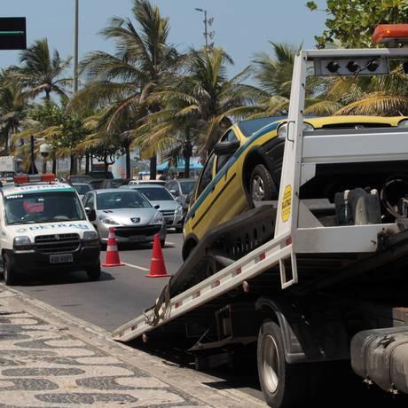 Um táxi é parado durante a blitz móvel do Detran realizada ontem na Avenida Delfim Moreira, no Leblon Foto: Gabriel de Paiva / O Globo