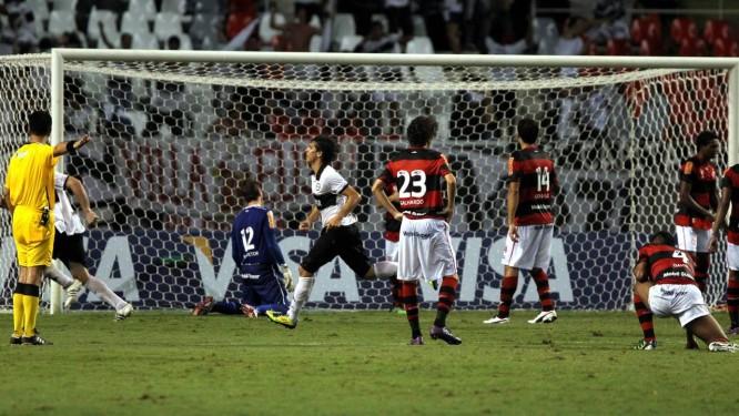 Jogadores do Flamengo parecem não acreditar  terceiro gol do Olimpia db09daf7083e2