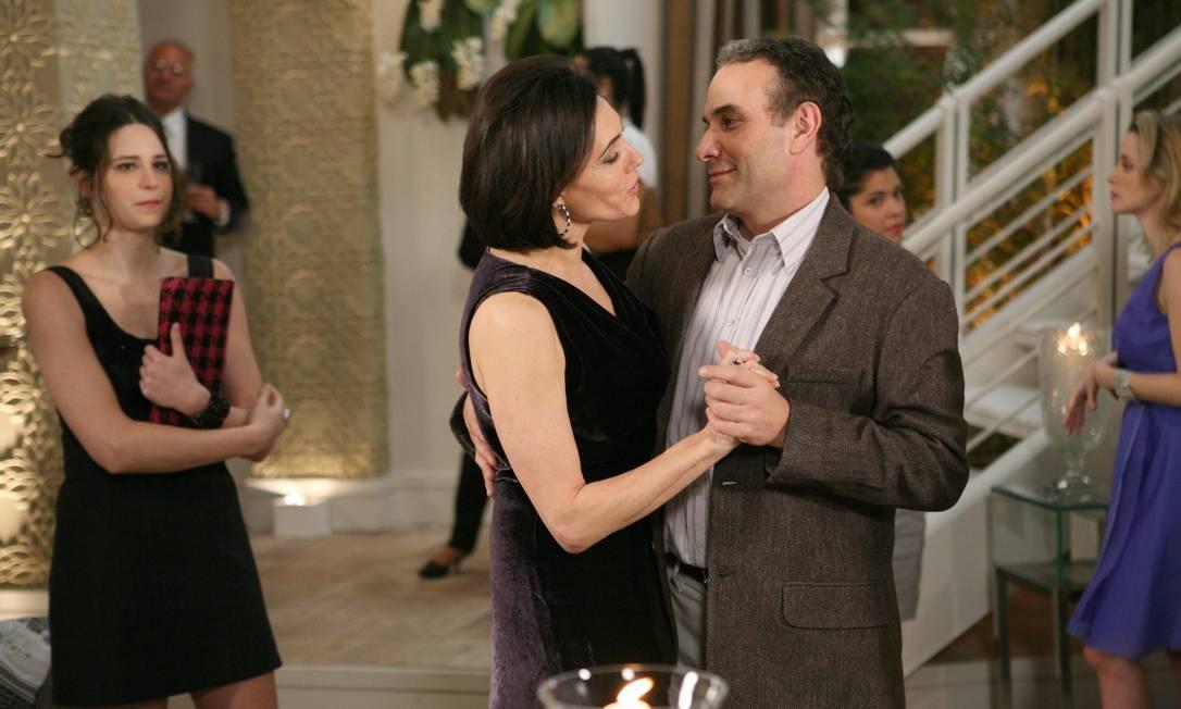 Rebeca (Christiane Torloni) e Gino (Marco Ricca) se aproximam em 'Ti-ti-ti' Foto: TV Globo/Márcio Nunes