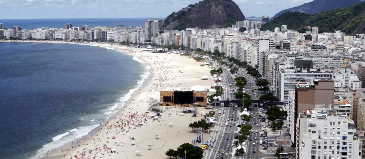 A Praia de Copacabana, um dos cartões postais do Rio: hotéis duas estrelas da cidade são mais caros do que os quatro estrelas de Barcelona Foto: Luiz Morier/29-12-2010 / O Globo