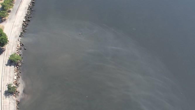 Mancha de esgoto contrasta com a cor do mar na Marina da Glória. Cedae promete estancar vazamento Foto: Foto do leitor Mario Moscatelli