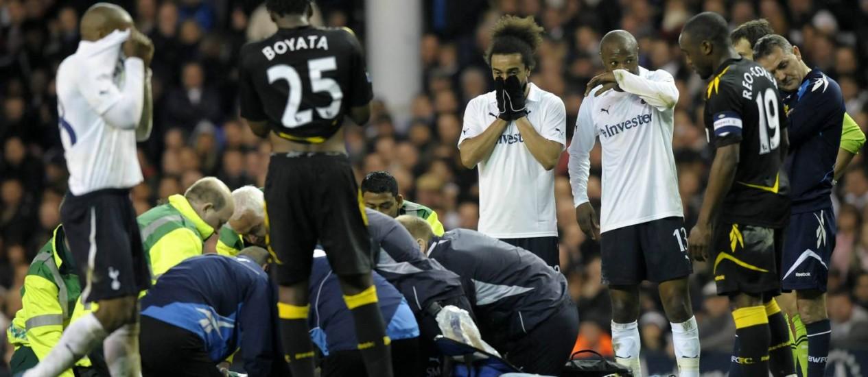 Jogadores de Bolton e Tottenham ficam chocados enquanto Muamba é atendido no gramado Foto: AFP