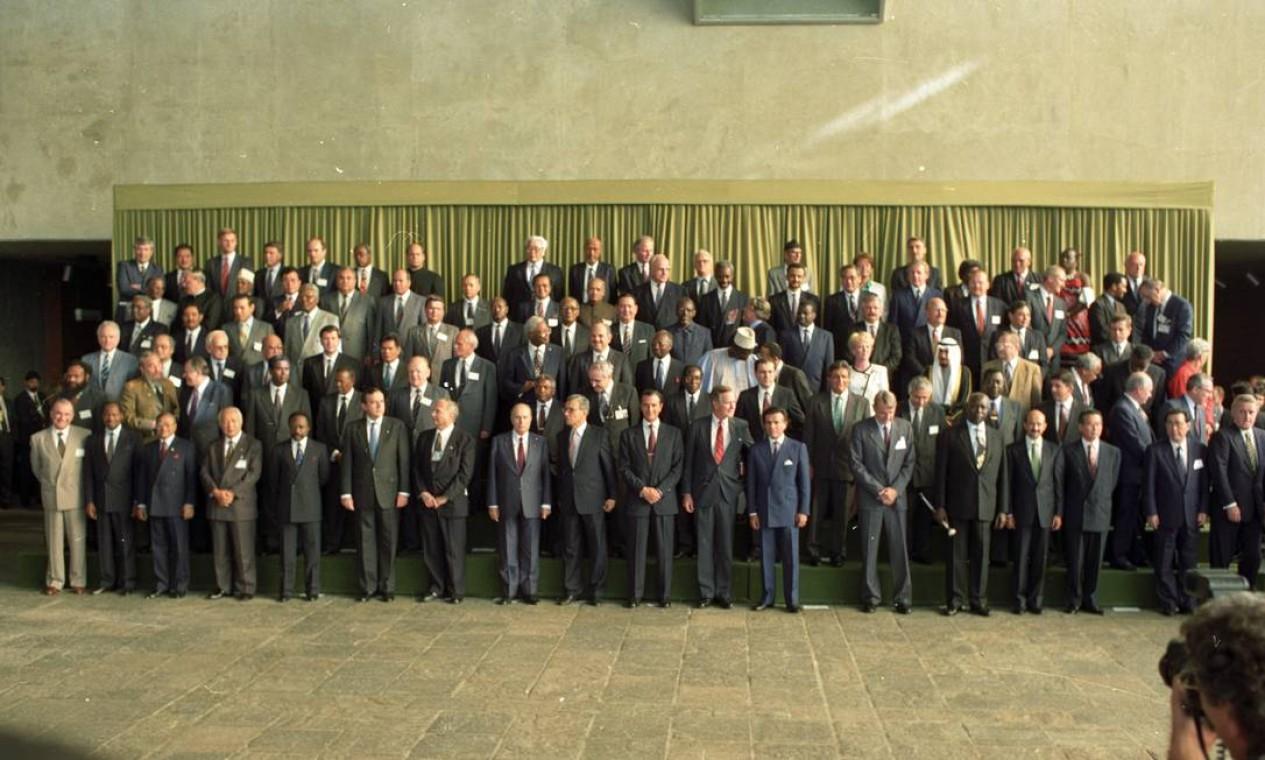 Foto oficial dos Chefes de Estado com o então presidente Fernando Collor de Mello (o 10º da esquerda para a direita, na primeira fila), entre Boutros-Ghali, então secretário geral da ONU, e o então presidente dos EUA, George Bush. (Foto de 13/06/1992) Foto: Arquivo O Globo / Agência O Globo