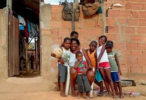Dilce com os netos no Alto do Caxamba: ruas sem pavimentação Foto: Pedro Kirilos