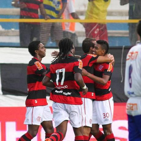 Paulo Sérgio abraça Kléberson na comemoração do gol rubro-negro contra o Friburguense Foto: Rui Porto Filho / Fotoarena