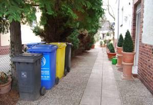 """Os tonéis de cores diferentes numa rua de Berlim: reciclagem virou mania nacional. O azul é para papéis, o amarelo, para embalagens e plásticos, já o cinza (ou preto) é para o """"resto do lixo"""" Foto: Graça Magalhães-Ruether / Correspondente de Berlim"""