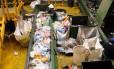 Uma central para triagem do lixo na Espanha: reciclagem no país chega a 66%