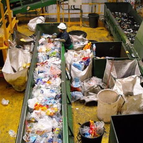Uma central para triagem do lixo na Espanha: reciclagem no país chega a 66% Foto: Paco Colomer