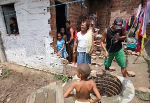 Neide e os filhos em casa, no bairro Primavera, em Paudalho: além de não ter saneamento, a família precisa de um poço para ter água Foto: Hans von Manteuffel / O Globo