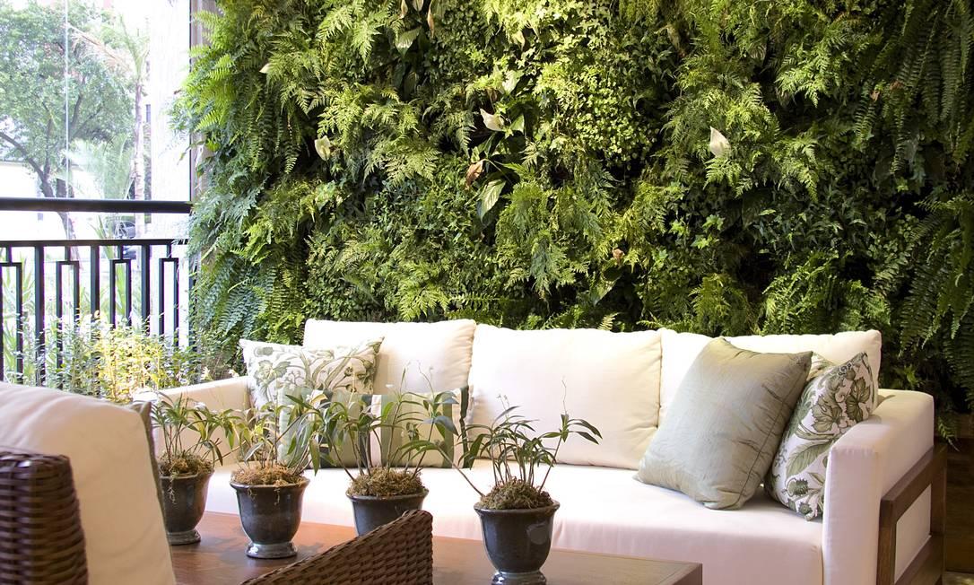 No projeto de Daniella e Priscila de Barros, o jardim sobe pelas paredes da área de estar Foto: Divulgação