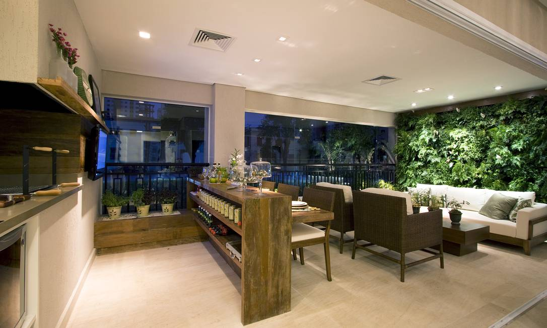 O verde é integrado ao ambiente sem agredir a sofisticação do mobiliário. Pelo contrário, dá um charme a mais Foto: Divulgação