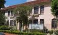 A fachada da escola onde estudam o agressor e o aluno agredido