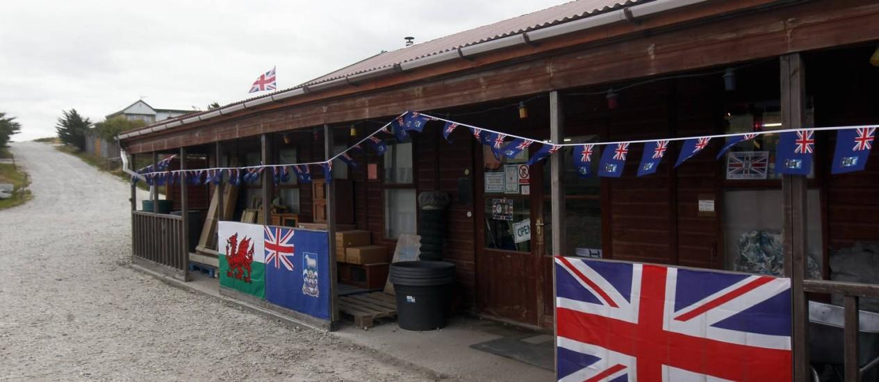 BANDEIRAS BRITÂNICAS estão vendendo rápido nas Malvinas Foto: Marcos Brindicci/Reuters - 15/03/2012