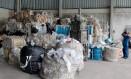 Fardos de plásticos chegam à indústria Peterlu, em Seropédica, na Região Metropolitana do Rio Foto: Pedro Kirilos / O Globo