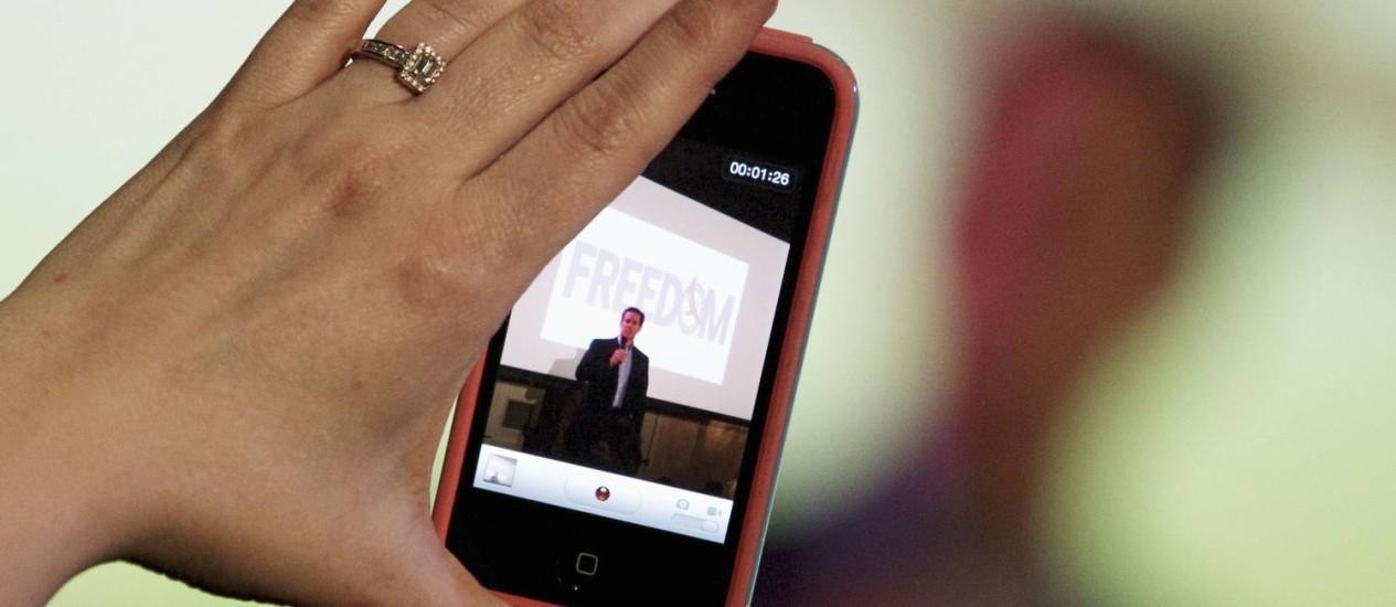 Atual versão do iPhone, a 4S, tem tela Retina Display de 3,5 polegadas Foto: Reuters