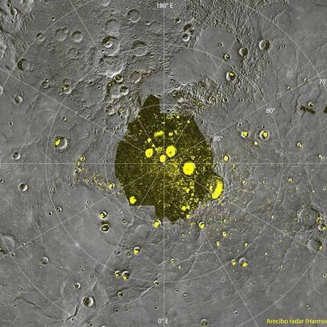 As áreas que brilham no radar, característica do gelo, coincidem com as crateras polares Foto: Divulgação