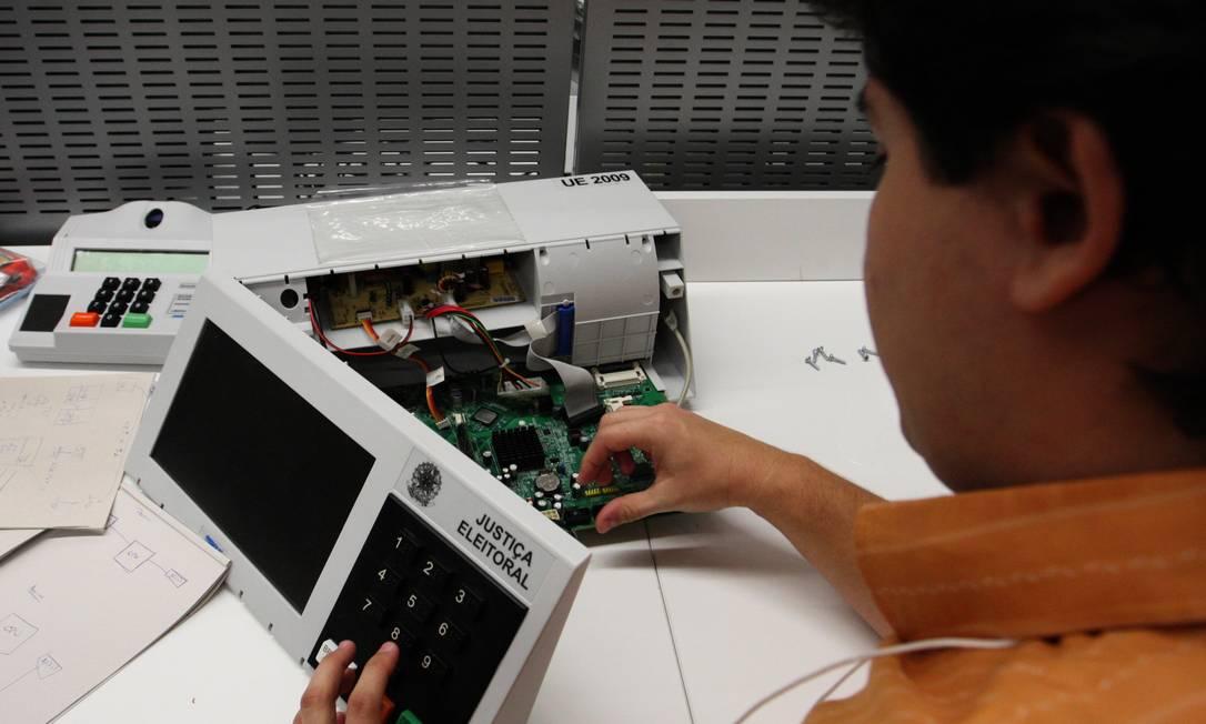 Estudantes de Computação da UNB durante testes públicos de Segurança do Sistema Eletronico de Votação do Tribunal Superior Eleitoral Foto: O Globo / Givaldo Barbosa