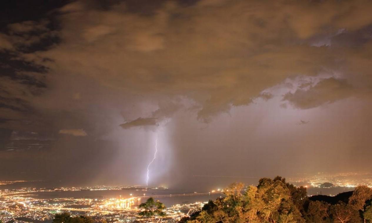 Raios iluminaram os céus do Rio e das cidades do entorno no começo da noite desta quinta-feira (22) Foto: Foto do leitor Marcos Estrella / Eu-Repórter