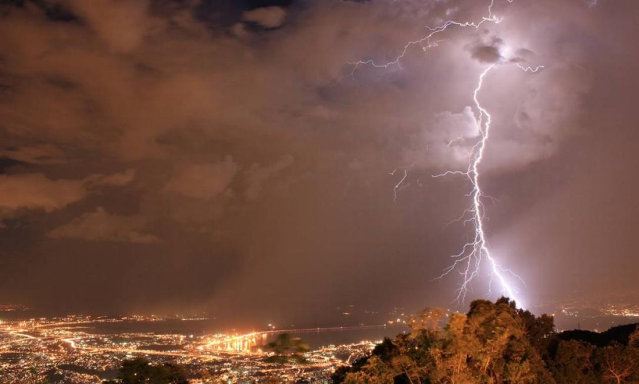 O sistema Alerta Rio, da prefeitura, registrou chuvas em alguns bairros das zonas Norte e Oeste da cidade no fim da tarde e no começo da noite Foto: Foto do leitor Marcos Estrella / Eu-Repórter