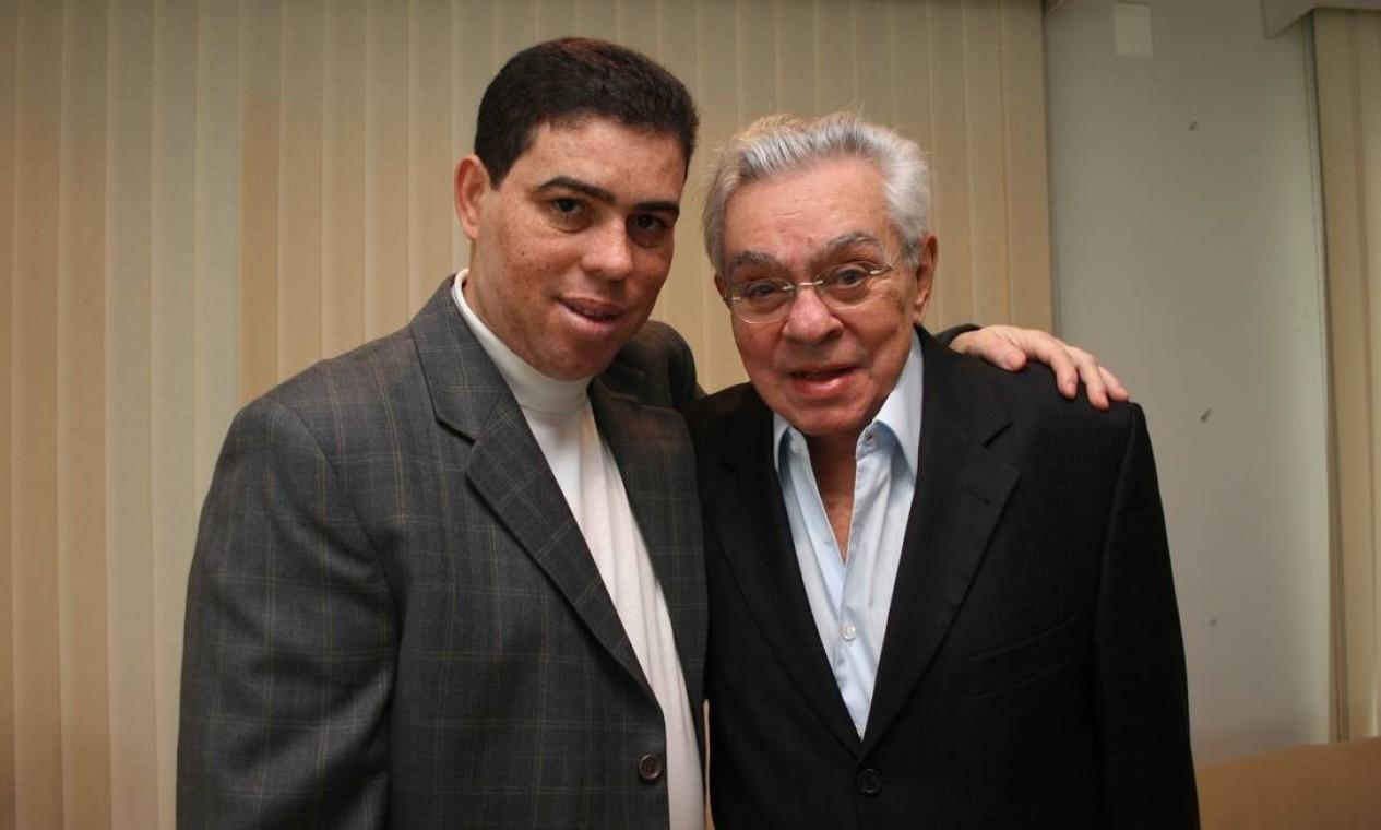 Chico Anysio e André Lucas posam para divulgar a peça Tal pai tal filho, de 2009 Foto: Divulgação