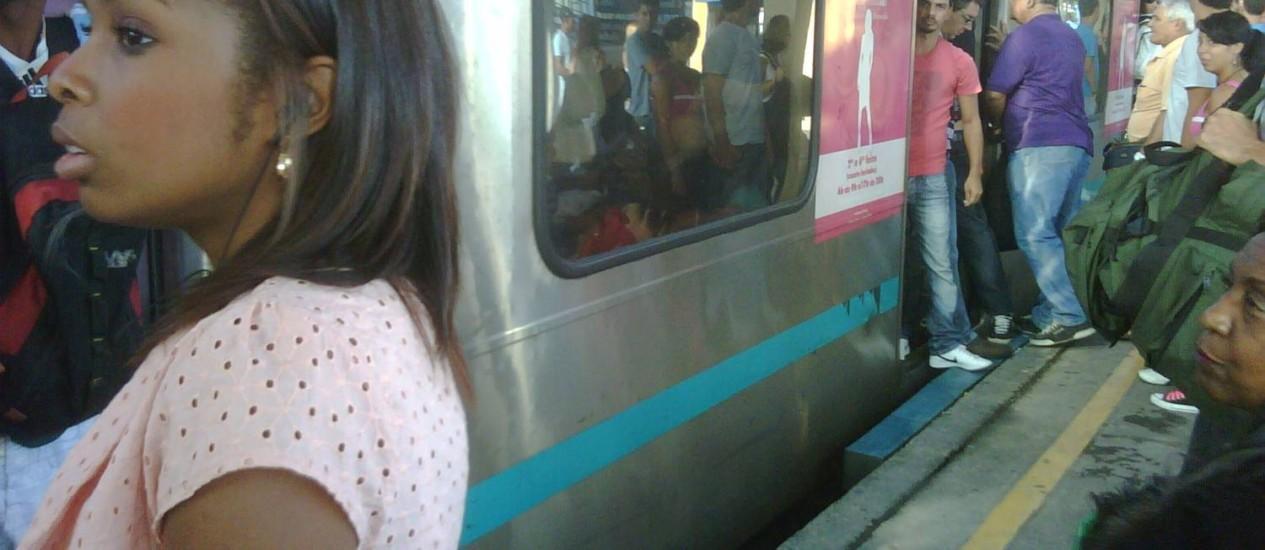 Homens são flagrados dentro de vagão exclusivo para mulheres na estação de Madureira Foto: Foto da leitora Michelly D'Ávila
