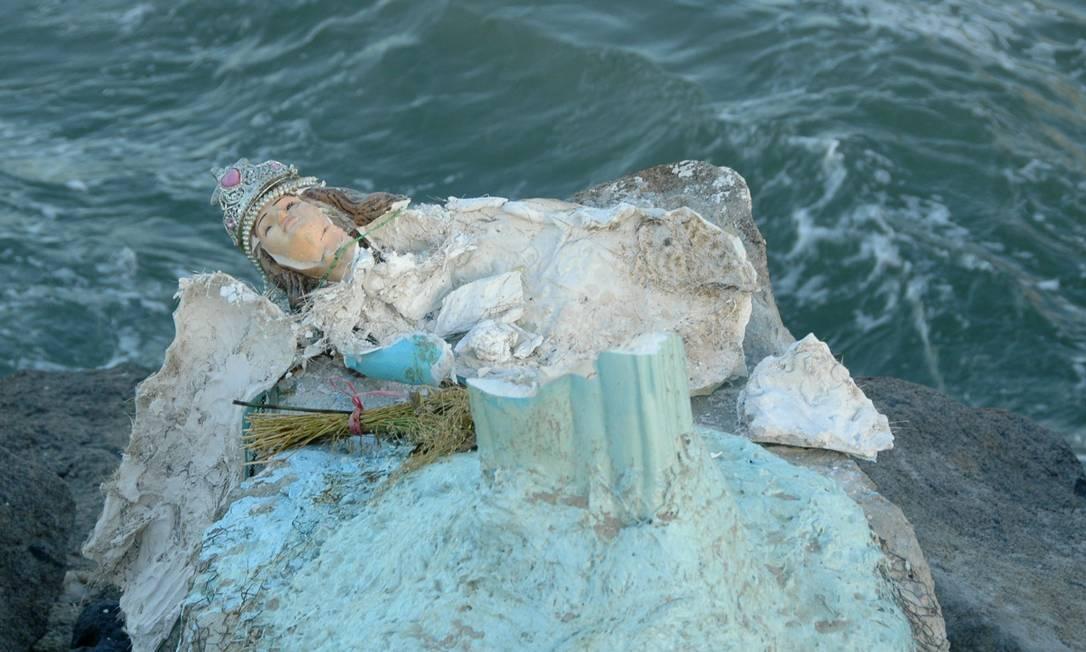 Estátua de Iemanjá é destruída na Barra da Tijuca Foto: Foto do leitor Paulo Roberto de Freitas / Eu-repórter