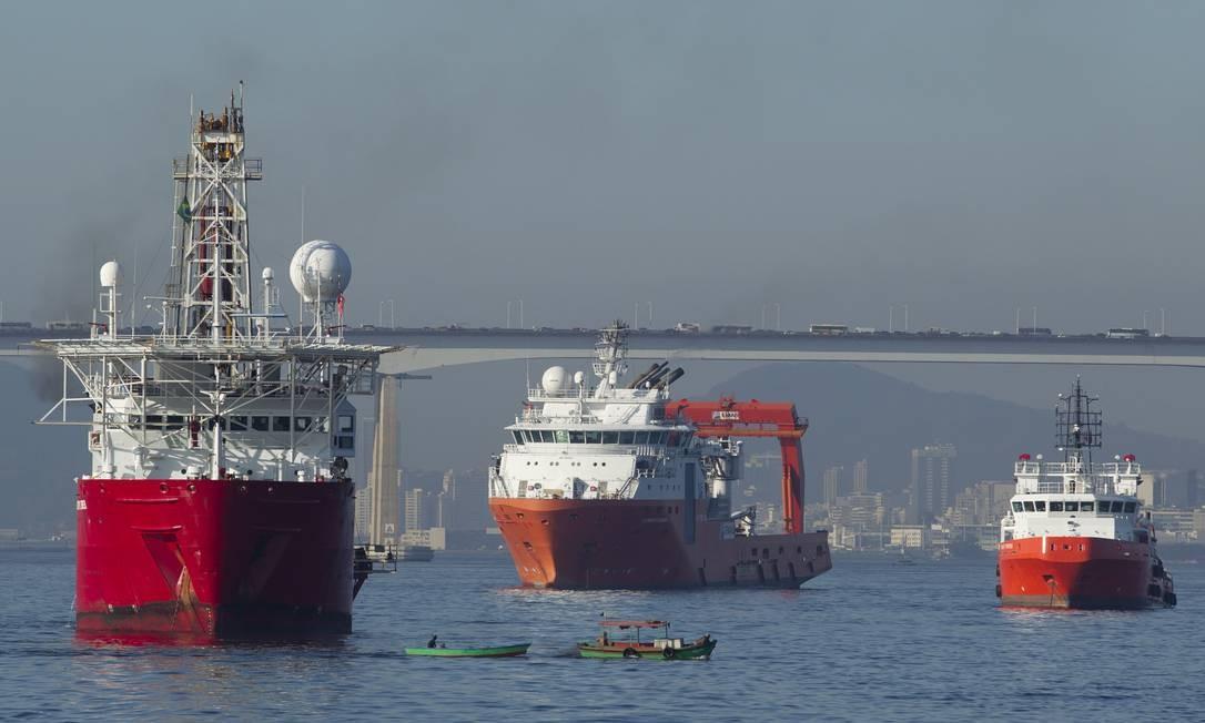 Convivência problemática: barcos pequenos passam perto de navios. Foto: Márcia Foletto / O Globo