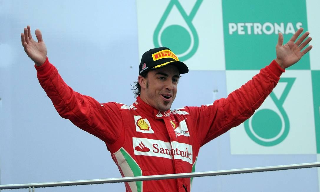 O Fernando Alonso, da Ferrari, comemora a vitória no pódio do GP da Malásia. O espanhol é o líder do Mundial, com 35 pontos PRAKASH SINGH / AFP