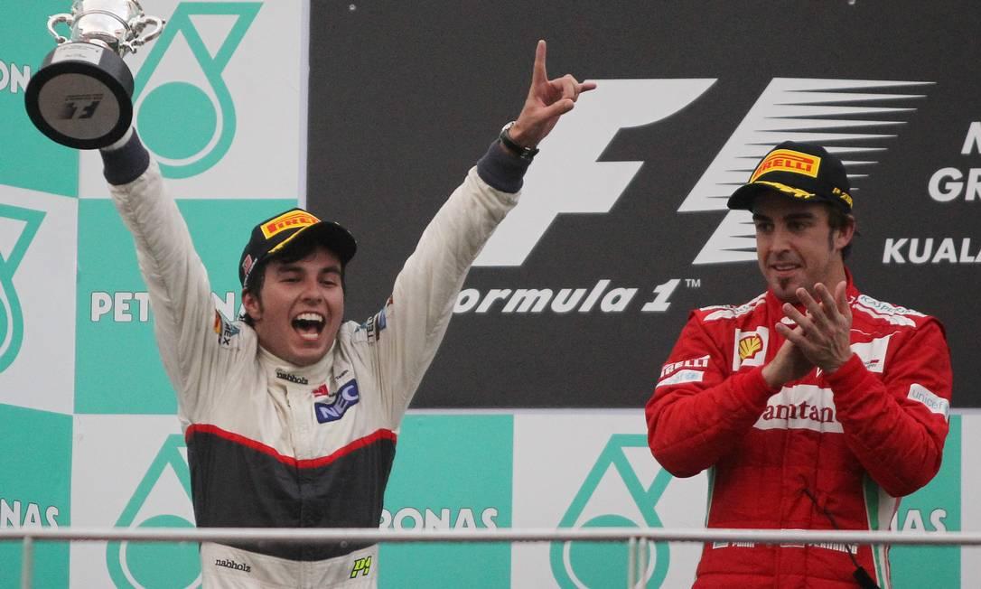 Quem também fez festa foi o mexicano Sergio Pérez, segundo colocado na prova, sua melhor colocação em duas temporadas na F-1 Dita Alangkara / AP