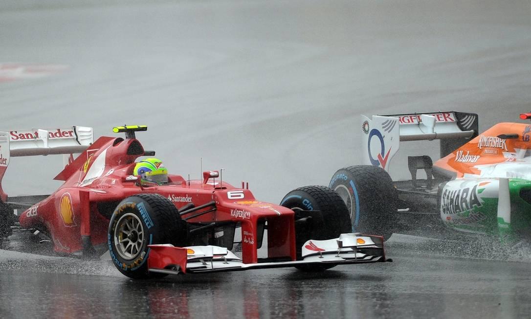 Felipe Massa é ultrapassado por Paul di Resta, da Force India. O brasileiro da Ferrari não fez uma boa corrida e terminou apenas em 15º lugar PRAKASH SINGH / AFP