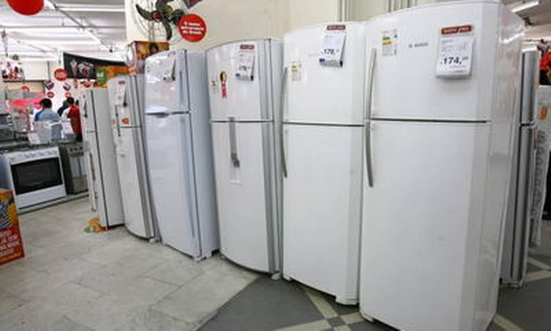 Hoje, quase 100% das geladeiras vendidas no país são classificadas como selo A. Mas o Inmetro admite que há entre elas uma diferença de até 30% no consumo Foto: Carlos Ivan / Agência O Globo