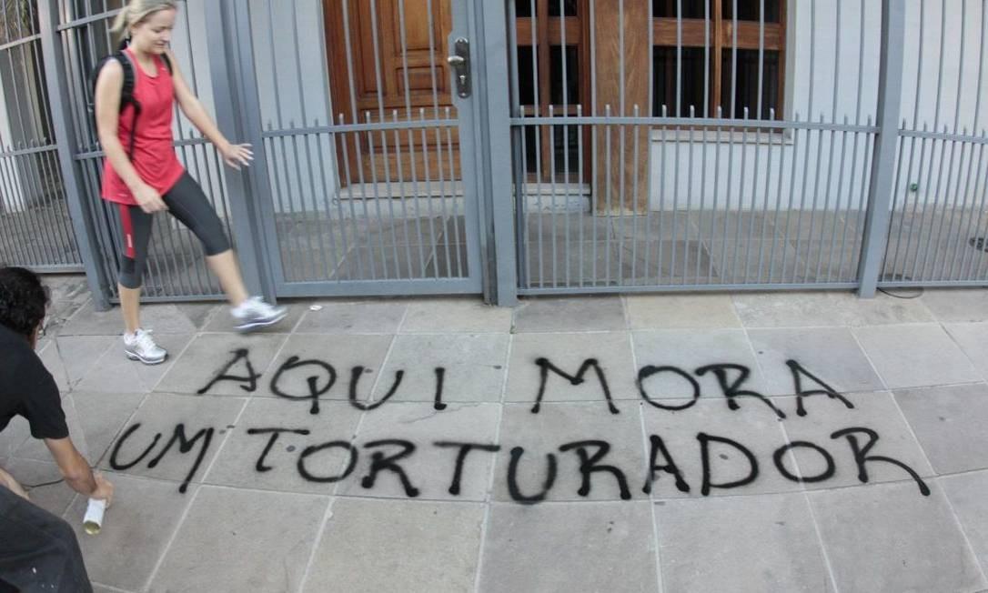 Calçada do prédio de um militar em Porto Alegre Foto: Twitter oficial do movimento (@lpjnacional)