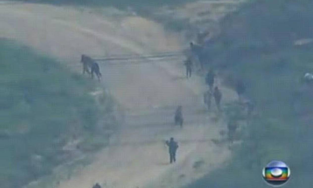 Eles usaram uma trilha na Serra da Misericórdia, numa cena que passou ao vivo na televisão Foto: TV Globo / Reprodução (arquivo)