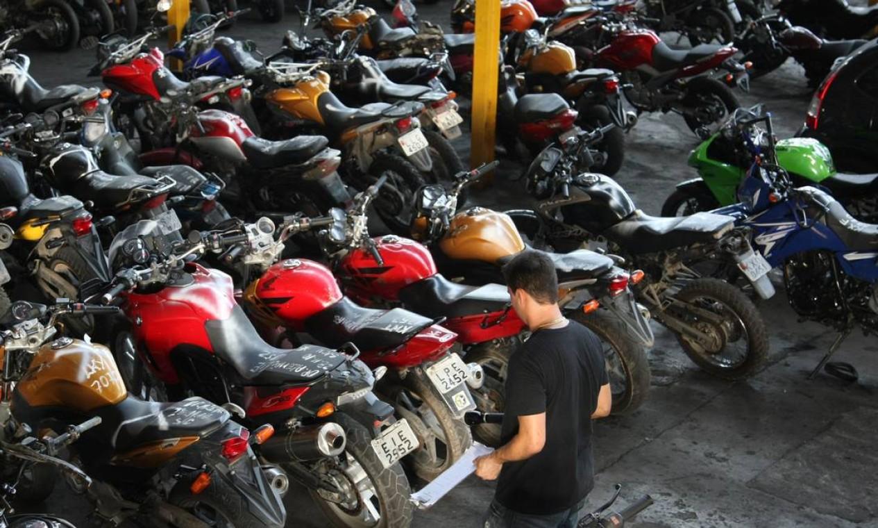Durante a ocupação, milhares de carros e motos roubadas foram recuperadas pela polícia Foto: Marco Antônio Cavalcanti / O Globo (arquivo)