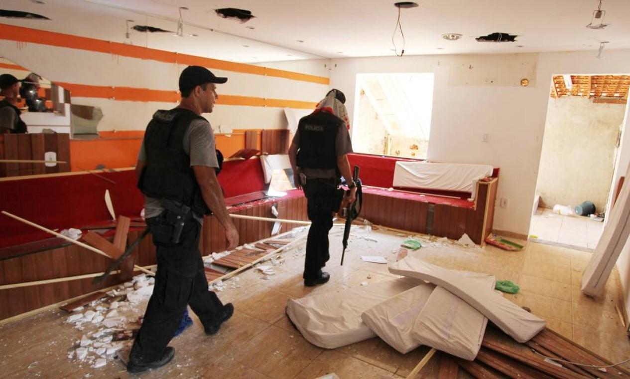 À época, eles encontraram até mesmo uma boate que era usada por traficantes, na Grota Foto: Márcia Foletto / O Globo (arquivo)