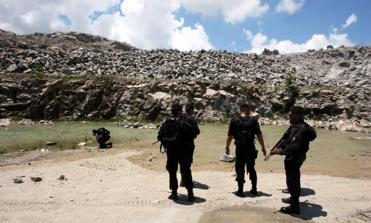A polícia encontrou até um piscinão do tráfico, que funcionava no local onde havia um pedreira Foto: Marcos Tristão / O Globo (arquivo)