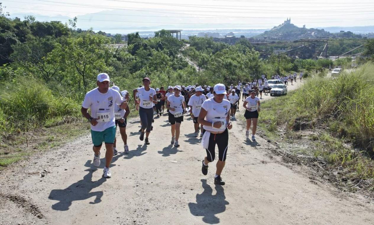 Em maio de 2011, foi realizada ainda a Corrida Desafio da Paz, entre a Vila Cruzeiro e o Morro do Alemão, percurso que ficou famoso durante a fuga dos bandidos à época da ocupação Foto: Marcelo Carnaval / O Globo (arquivo)