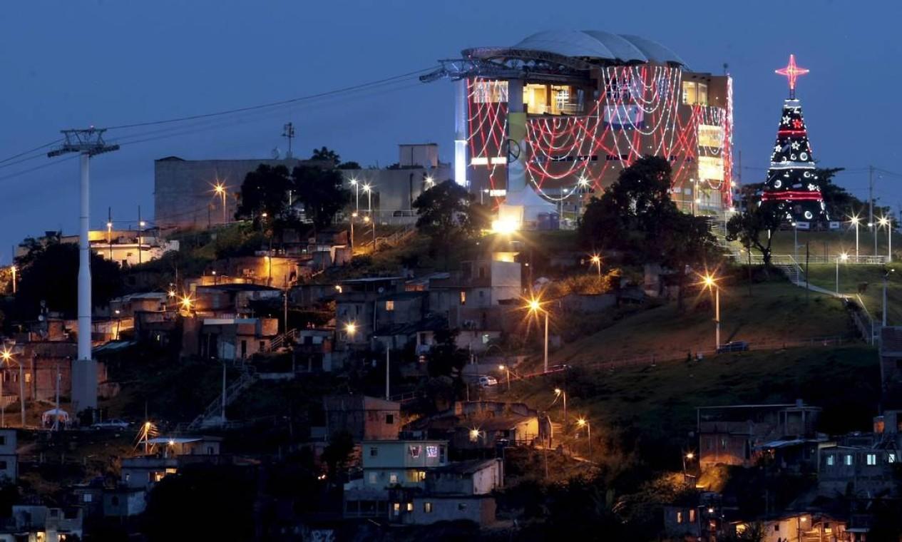 No Natal, o Complexo do Alemão ganhou uma iluminação toda especial e uma árvore Foto: Pedro Kirilos / O Globo (arquivo)