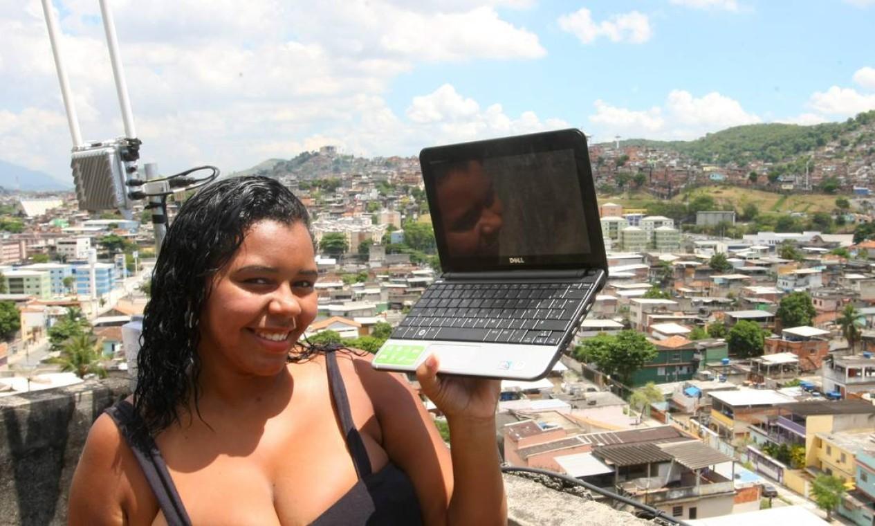 Com a ocupação também vieram os serviços. Neste mês, foi anunciado o sinal de internet sem fio no Morro do Adeus, no Complexo do Alemão Foto: Guilherme Pinto / Extra (arquivo)