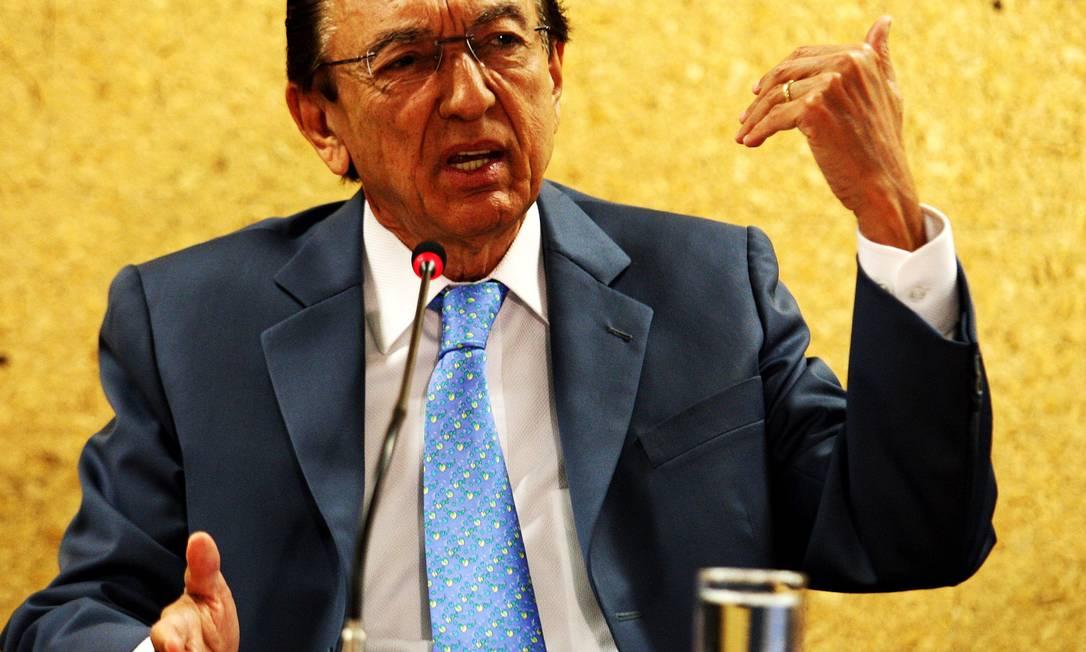 O ministro de Estado das Minas e Energia Edison Lobão durante entrevista no Ministério, em Brasília Foto: O Globo / Aílton de Freitas