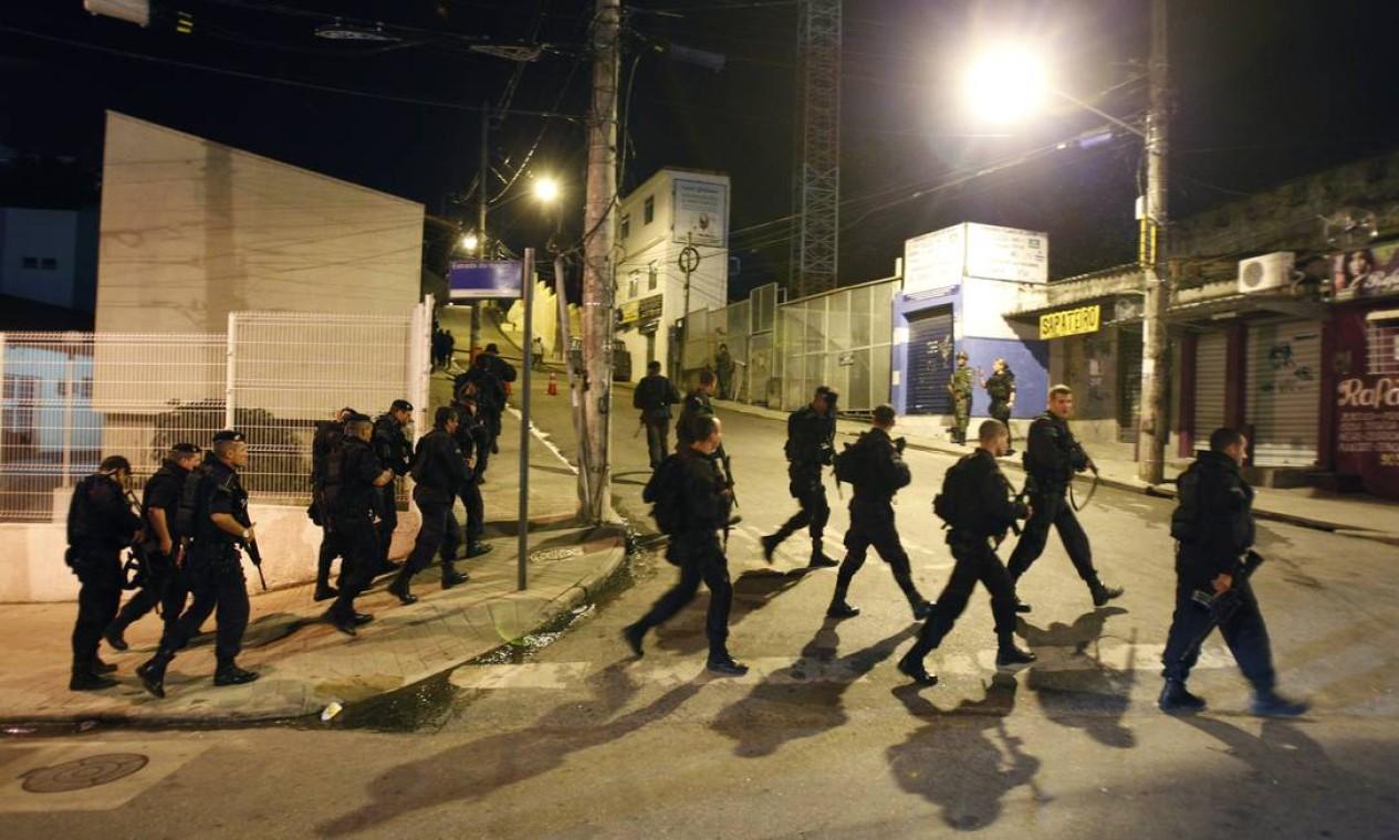Cerca de 750 policiais participam da implantação de Unidades de Polícia Pacificadora (UPPs) nas comunidades Nova Brasília e Fazendinha, no Complexo do Alemão Foto: Fernando Quevedo / O Globo