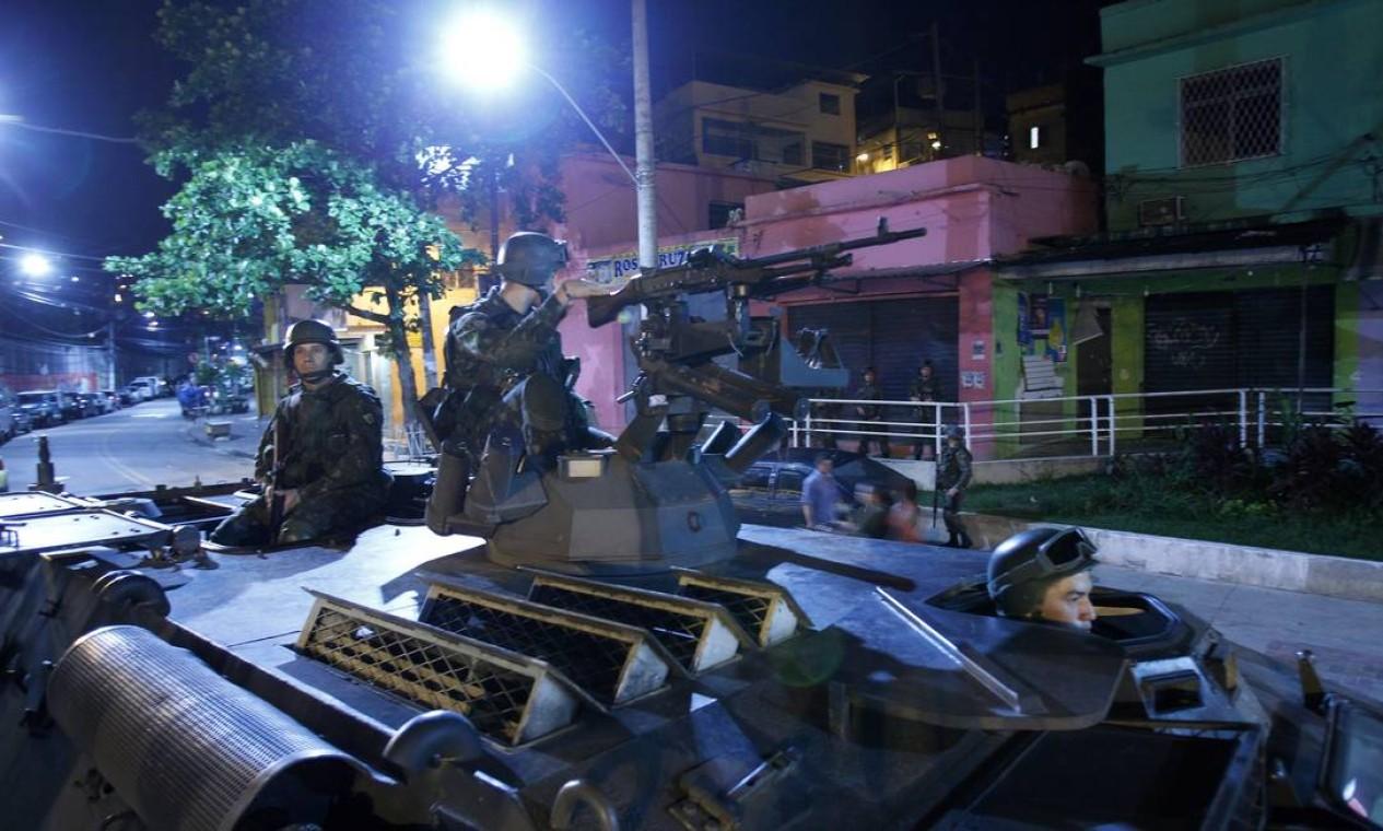 A ação começou por volta das 4h. Homens do Exército dão auxílio ao processo de ocupação da região pelos policiais do Bope e de Choque Foto: Fernando Quevedo / O Globo